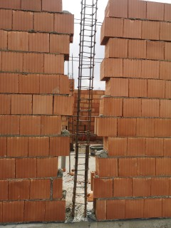 Stalpi inainte de a fi cofrati si turnat betonul